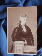Photo CDV Georges à Versailles - Femme élégante, Madame Pinegy Circa 1870-75 L448 - Alte (vor 1900)