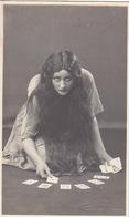 Wahrsagerin ? - Patience ? - Int. Fotokarte - Signiert (eingedruckt)      (A-85-160915) - Playing Cards
