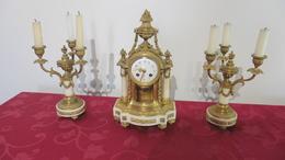 Pendule Horloge  De Style  Ancienne  Avec Ses Deux Chandeliers - Clocks