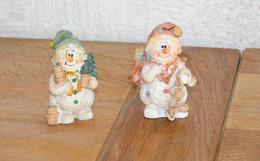 Paire De Figurines De Noël (bonhommes De Neige, Hotte, Sapin, Cadeaux) - Céramiques