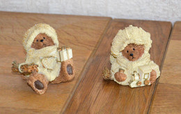Paire De Figurines De Noël (ours Avec Bonnet, écharpe, Cadeaux) - Céramiques