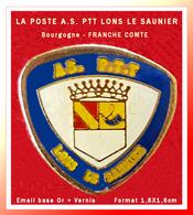 SUPER PIN'S POSTES : A.S PTT De La POSTE De LONS Le SAUNIER Dans Le Jura (39), émail Base Or + Vernis, 1,6X1,6cm - Correo