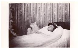 ENFANT SUR LIT DE MORT   CARTE PHOTO - Anonieme Personen