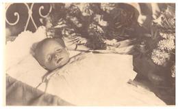 ENFANT SUR LIT DE MORT   CARTE PHOTO 1929  Photo LEMAIRE HYERES - Anonymous Persons