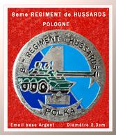 SUPER PIN'S MILITARIA : 8em REGIMENT De HUSSARDS En Pologne, émail Base Argent, Diamètre 2,3cm - Militaria