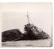 Foto Photo - Oorlog Guerre 1939 - 1945 - Zeebrugge - Strand - Plage - Gezonken Schip - Guerre, Militaire