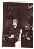 FEMME ASSISE DANS UN INTERIEUR COSSU- STATUETTES EN BISCUIT ET BIBELOTS  Année 1920.30   Photo Sepia - Anonymous Persons