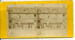 PHOTO STEREOTYPE SUR SUPPORT CARTON / LA CASERNE - MILITAIRES AU PORTIQUE - Anciennes (Av. 1900)