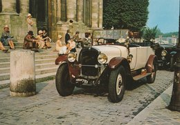 LA FRANCE EN 1925. Voitures D'époque. Public Assis Sur Des Marches D' Une Eglise - Voitures De Tourisme