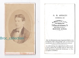 Photo Cdv D'un Jeune Homme, Photographe L. Bartoli Y Cia, Buenos Aires, Album Seguin - Anciennes (Av. 1900)
