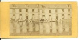 PHOTO STEREOTYPE SUR SUPPORT CARTON / A LA CASERNE - LE PANSAGE DES CHEVAUX - Anciennes (Av. 1900)