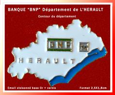 """SUPER PIN'S BANQUE """"BNP"""" :  Centre Départemental De L'HERAULT (34) En Occitanie, Contour Département, émail Cloisonné - Banks"""