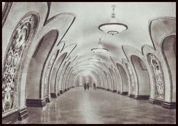 RUSSIA (USSR, 1954). MOSCOW METRO SUBWAY. HALL OF UNDEGROUND STATION ''NOVOSLOBODSKAYA''. Unused Postcard - Métro