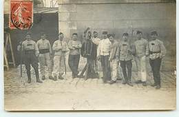 Carte-Photo - Régiment - Militaires Avec Un Mannequin - Fontainebleau - Regiments