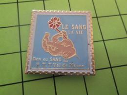 712d Pins Pin's / Rare & TB état / THEME : POSTES / TIMBRE POSTE LE SANG LA VIE DON DU SANG PTT VAL DE MARNE - Mail Services