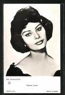 AK Schauspielerin Sophia Loren Fragend In Die Kamera Blickend - Acteurs
