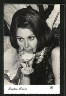 AK Schauspielerin Sophia Loren In Der Garderobe Einer Filmrolle - Acteurs