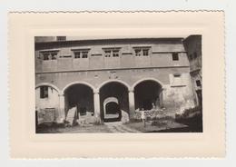 PO48 - PHOTOGRAPHIE  Cour Du Château De Salon De Provence Avant La Remise En état - Deux Femmes - 1923 - Places