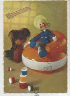 Poupée En Tissus Assise Sur Un Fauteuil Gonflable. Pots De Peinture Et Chien En Peluche. - Jeux Et Jouets