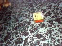 Pin' S Publicitaire  En Metal    Avec Fermoir Ancien Logo Total  Rouleau PQ - Fuels