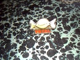 Pin' S Publicitaire  En Metal    Avec Fermoir Ancien Logo Total  Bonbon - Fuels