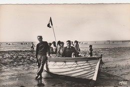 REF.HS . CPSM.PF . 62 . BOULOGNE SUR MER . LA PLAGE A MAREE BASSE . LES SAUVETEURS ET LEUR BARQUE - Boulogne Sur Mer