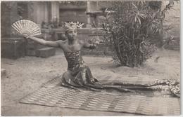 Asie ;  Indonésie : Ceylon ; Belakang  Bali  Hotel ;   Danseuse ? , évantail - Indonesia