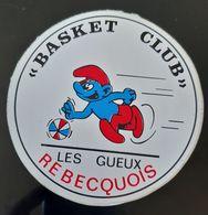 AUTOCOLLANT VINTAGE BASKET CLUB LES GUEUX REBECQUOIS SCHTROUMPFS PEYO SCHTROUMPF REBECQ BELGIQUE BASKETBALL STICKER - Autocollants