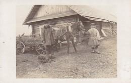 AK Foto Russische Bauern Mit Pferdefuhrwerk Vor Bauernhaus - 1917  (41947) - Europa