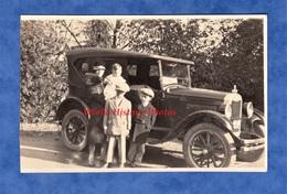 Photo Ancienne Snapshot - KIRKLAND , Washington - Portrait De Famille Devant Une Belle Automobile à Identifier - FORD ? - Cars