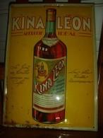 Ancienne Plaque Publicitaire Sérigraphiée Bombée Dimension 25x35cm Pour L'apéritif KINA LEON - Années 1920 - Schnaps & Bier
