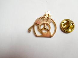 Beau Pin's , Auto Mercédés , Golf , Signé Arthus Bertrand - Mercedes