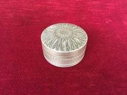 Ancienne Boite à Savon En Aluminium Décors D'une Fleurs La Marguerite - Beauty Products