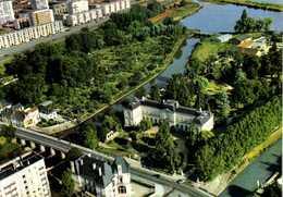 MONTARGIS  (Loiret) Vue Aérienne Pilote Et Operateur R Henrard L' Hotel De Ville Et Le Jardin Durzy Entourés Par Le Loin - Montargis