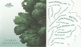"""HERMES  **Un Jardin Sur La Lagune **  Etiquette  3 Volets Avec Message """"vivre Plusieurs Vies """" - Cartes Parfumées"""