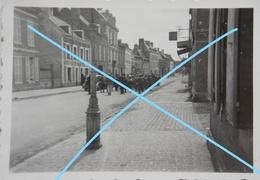 Photo GUISE Mai 1940 Prisonniers De Guerre Français Dans Une Rue Westfront WW2 Guerre Militaire - Guerre, Militaire