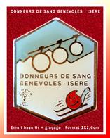 SUPER PIN'S DON DU SANG : ASSOCIATION DES DONNEURS DE SANG BENEVOLES D' ISERE, émail Base Or + Glaçage 2X2,6cm - Médical