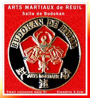 SUPER PIN'S ARTS MARTIAUX : Club De REUIL, Salle Du BUDOKAN, JUDO, KARATE...émail Cloisonné Base Or, Diamètre 2,2cm - Judo