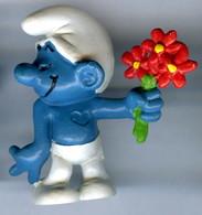 Figurine Vintage SCHTROUMPF Timide FLEUR © PEYO 1981 SCHLEICH W.Germany - Smurfs