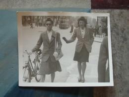 2 Jeunes Femmes (une Avec Vélo) Sur La Canebière - Années 1940 - Personnes Anonymes