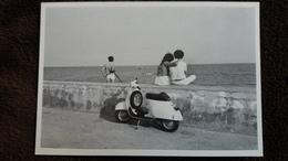CPM SCOOTER VESPA CLAUDE NORO RUMINI 1982 ECRIT SUR L IMAGE PUB LIVRE - Postkaarten