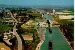Moislains Vue Générale Aérienne Sur Le Port Et Le Canal ( écluse , Péniche , Usine ... - Moislains