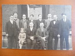 """CPA - Photographie Groupe D'hommes Et Enfant - Fagnon """"Les Ressuscités"""" Charleroi 1927 - Fotografie"""