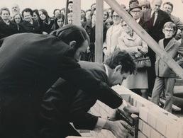 ZOMERGEM   --  FOTO 1973 = 14 X 8 CM ==    EERSTE STEEN DOOR BURGEMEESTER DE SMET AANNEMER VAN HULLE - Zomergem