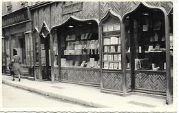 16 ANGOULEME - CARTE PHOTO ORIGINALE - RUE DES POSTES LIBRAIRIE CENTRALE SAURAMPS , MAROQUINERIE 1946 - Other Municipalities