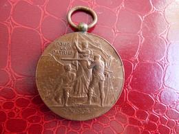 Medaille  POUR LA PATRIE SIGNEE VERNON - Professionnels / De Société