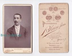Photo Cdv D'un Jeune Homme, Cravatte, Photographe Blain Frères, Valence Roman Album MICHARD / MICHEL Cosne 03, Le Montet - Personnes Anonymes