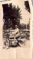 Photographie Originale D'un Soldat Sur Une Moto Entretube - Scans Recto-verso - Automobiles