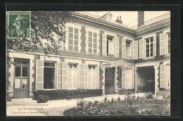 CPA St-Quentin, Clinique Chirurgicale, La Cour D`entree - Saint Quentin
