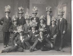 3097f: Österreich Original- Altfoto 1. Weltkrieg Feier Zur Wehrdiensttauglichkeit (Schmuckhüte !!), Fotografensiegel Rs. - 1914-18